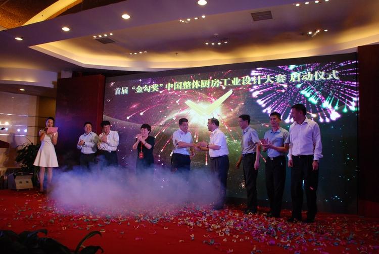"""中国五金制品行业""""金勾奖""""工业设计大赛启动于2010年,是由中国五金制品协会和中国工业设计协会联合主办的,是在卫浴行业中的水龙头、花洒产品率先开展起来的。设计大赛的开展主要是针对行业短板、创新缺乏动力,工业设计跟不上的情况,目的旨在提高工业设计的水平。大赛开展几年下来,取得了很好的效果。大赛参赛作品分为平面组和产品组。其中,平面组主要面向大学应届毕业生,参赛作品一旦获奖,该参赛作品的设计者就业会非常受企业的欢迎。产品组主要面向企业,如果获奖,企业中的设计者将会很有成就感,并且得到企"""